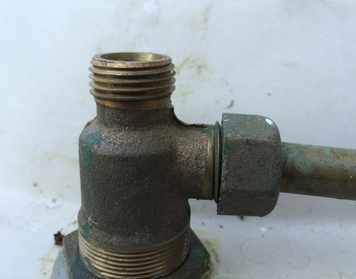 This threaded pipe originally served as an inlet for hot or cold water, we need to cap it to prevent it from becoming an outlet when water enters under the opposite handle.