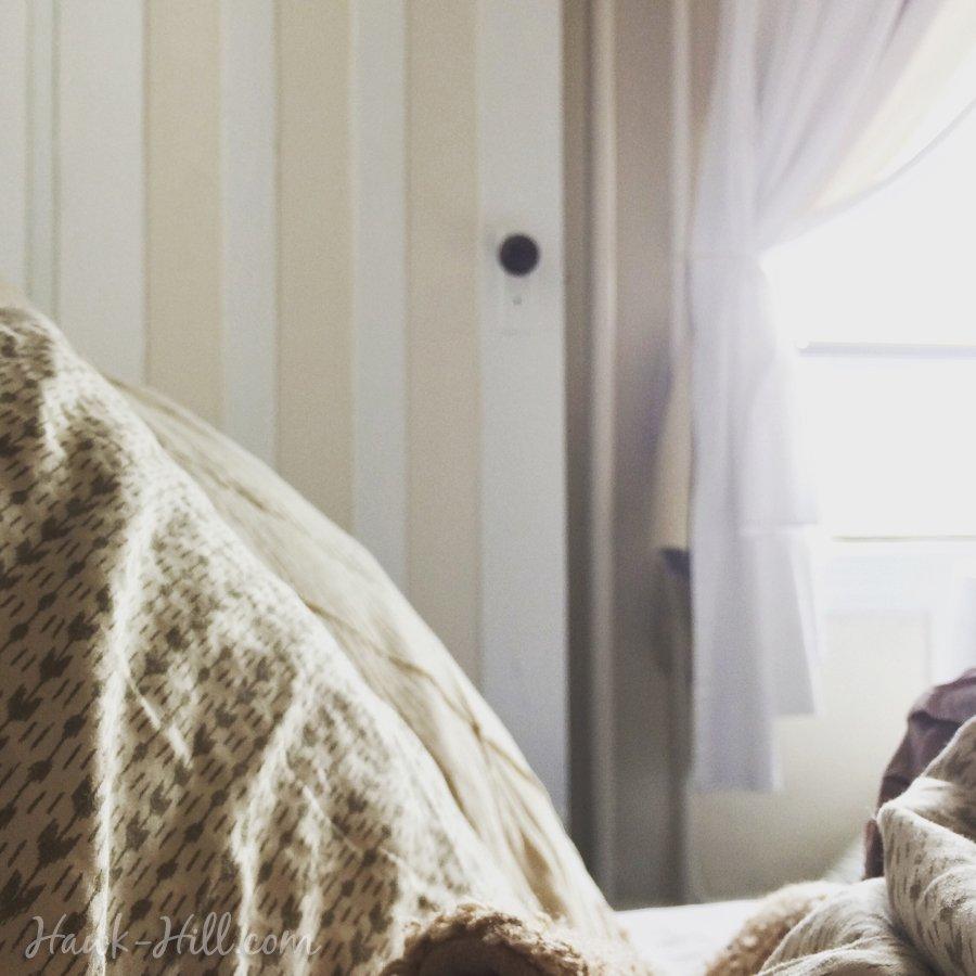hh_bright_studio_apartment_bed_window_cozy_wm