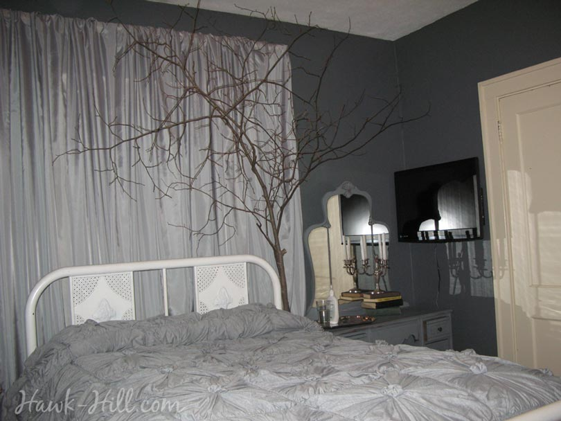 Superbe A Cozy Bedroom With Live Branches